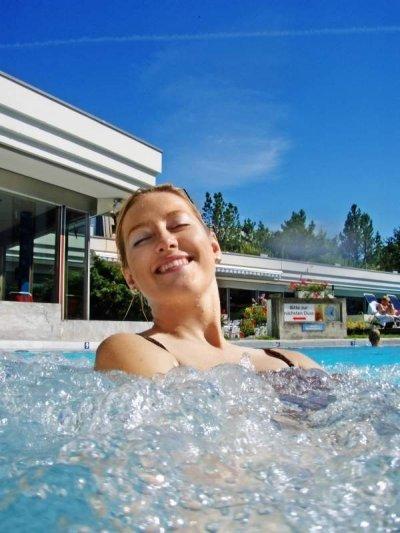 Frau genießt eine Aqua-Massage in einem Whirlpool.