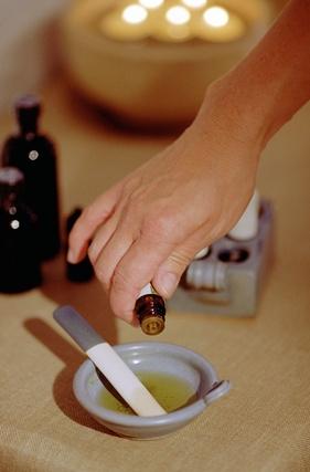 Ätherisches Öl wird für die Massage oder die Aromatherpie gemischt