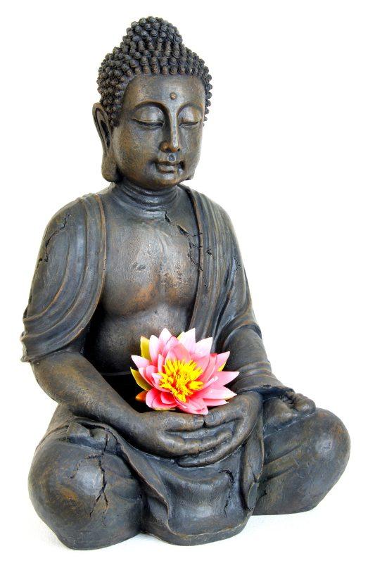 Buddha-Figur mit Blüte