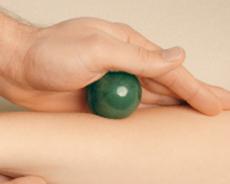 Edelstein-Massage mit Massagekugel