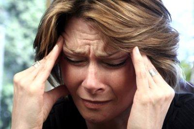 Eine Masseurin stimmt sich auf die Massage ein. Ihr aktueller Gesichtsausdruck vermittelt, dass Sie ganz und gar nicht bereit ist.