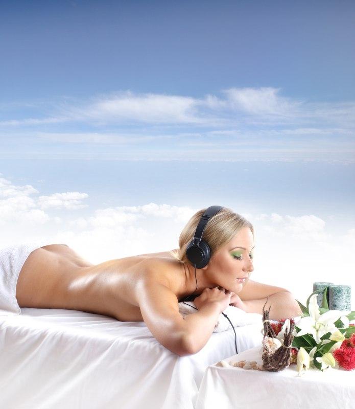 Eine Frau hört Entspannungsmusik während einer Massage.