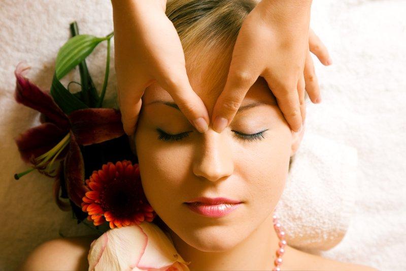 Gesichtsmassage mit Stirn und Nase