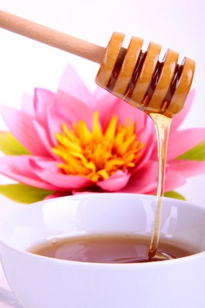 Honiglöffel mit einer Tasse