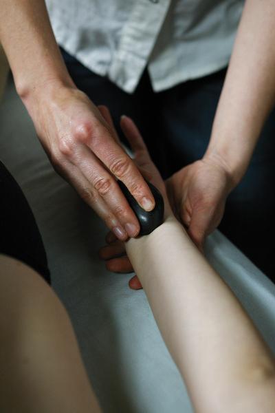 Hot Stone Armmassage des Unterarms