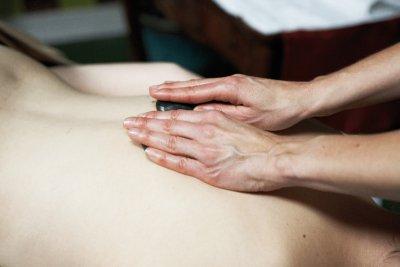 Hot Stone Rückenmassage mit streichenden Bewegungen