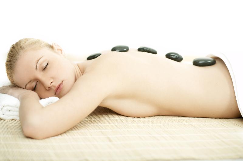 Hot Stone Massage auf dem Rücken