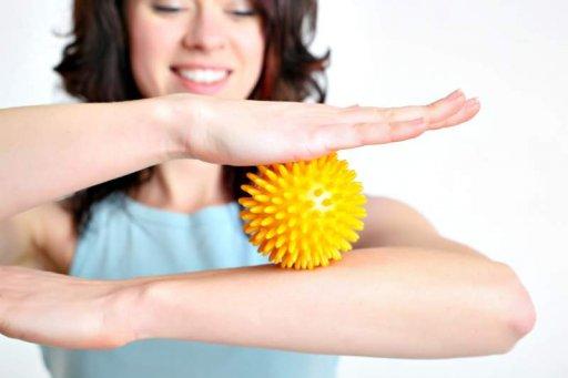 Igelball-Massage der Arme