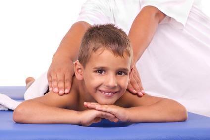 Kindermassage bei einem Jungen