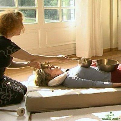 Klangmassage in Rückenlage - Anspielen einer Herzschale