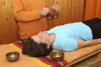 Klangmassage mit Zimbeln in Rückenlage
