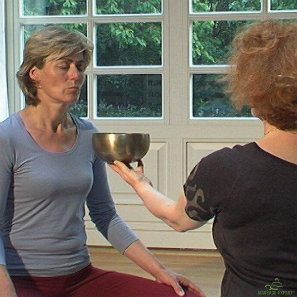 Klangschalen werden für die Klangmassage, Meditation und Klangtherapie eingesetzt. Hier wird eine Wahrnehmungsübung mit einer Klangschale durchgeführt.