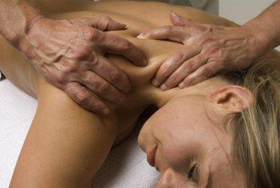 Knetmassage an der Schulter