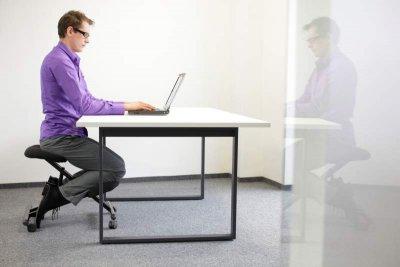 Kniestuhl im Büro