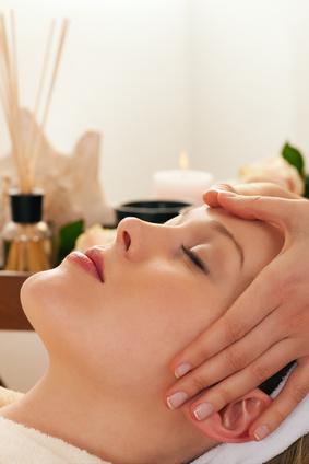 Kopfmassage mit Stirn und Schläfen