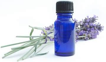 Lavendelöl in blauer Flasche