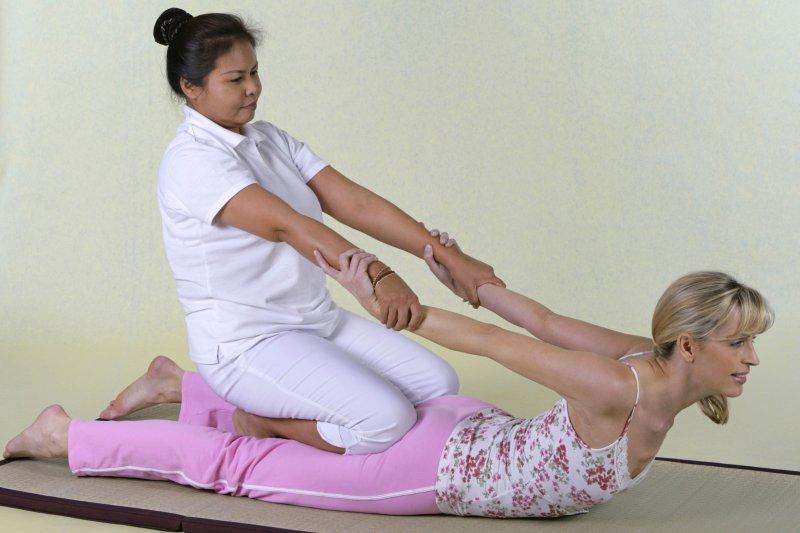 Frau bei einer Nuad Thai Behandlung
