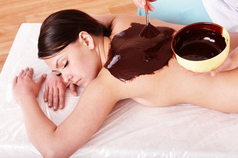 Schokoladenmassage auf dem Rücken