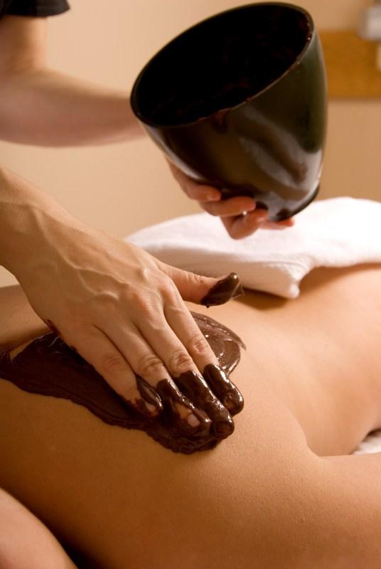 Schokoladenmassage auf der Schulter