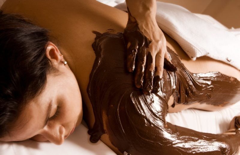 Schokoladenmassage der Schulter