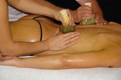 Synchronmassage mit Kräuterstempeln