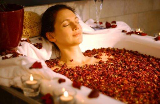 Rosenblütenblatt als Wellnessbehandlung